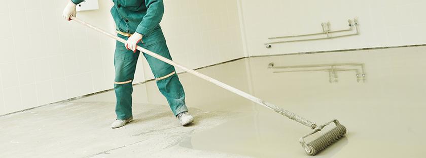 Het verven van betonvloer met roller