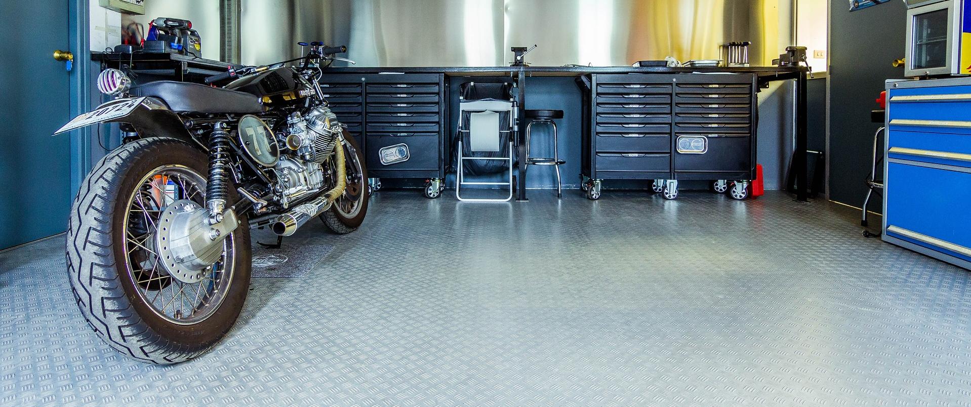 motor op betonvloer garage